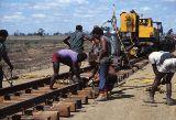 Eisenbahnbau in Queensland  von The Workshops Rail Museum  Queensland c/o Global Spot