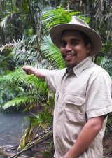 Ein Djabugay Guides begleitet die Walking Tours durch Queensland von Tourism Queensland  c/o Global Spot