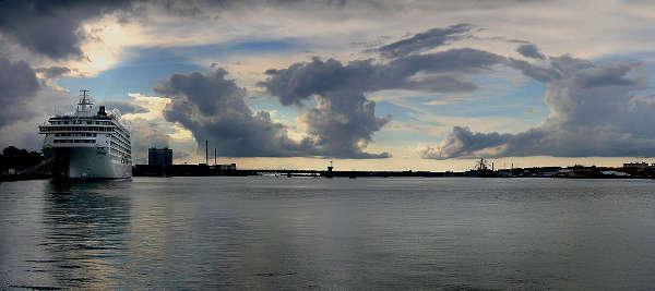 Kreuzfahrtschiff The World im Limfjord bei Aalborg