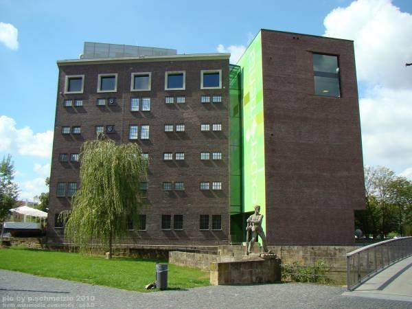 Das Science-Center Experimenta in Heilbronn von der Bleichinsel aus gesehen.