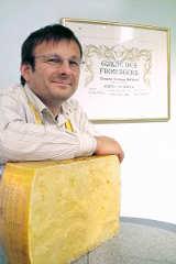 Kaese-Spezialist Wolfgang Hofmann mit Parmigiano
