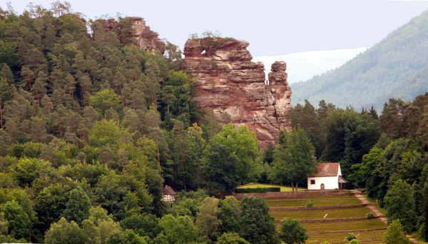 Bergsteiger auf den Hochstein Felsen Dahn und St. Michael Kapelle