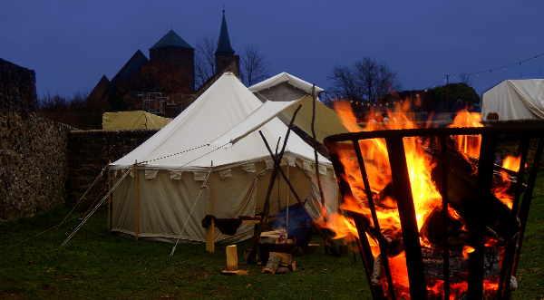 Lodernde Feuer vor den Zelten des Mittelalterlagers von Hihawai