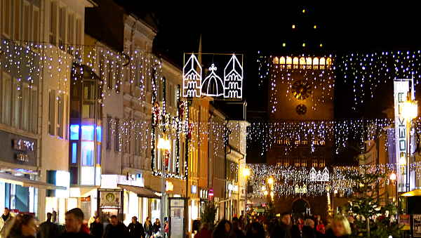 Weihnachtliches Lichtermeer über der Speyerer Maximilianstraße von Hihawai