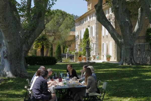 Picknick im Park von Schloss Pesquié