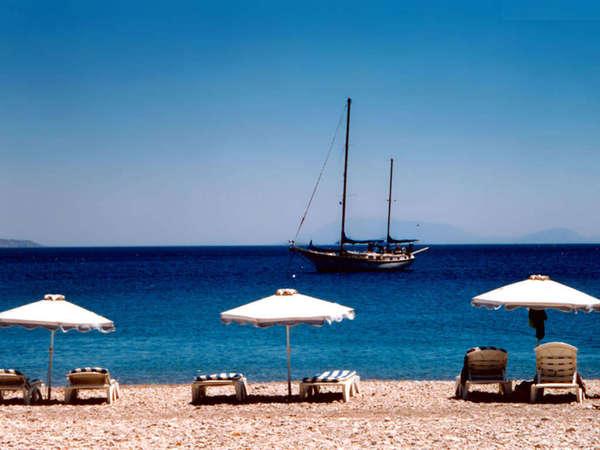 Sonnenschirme am Strand von Kefalos
