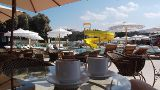 Kaffeepause und Kinderaufsicht an der Poolbar von Hihawai
