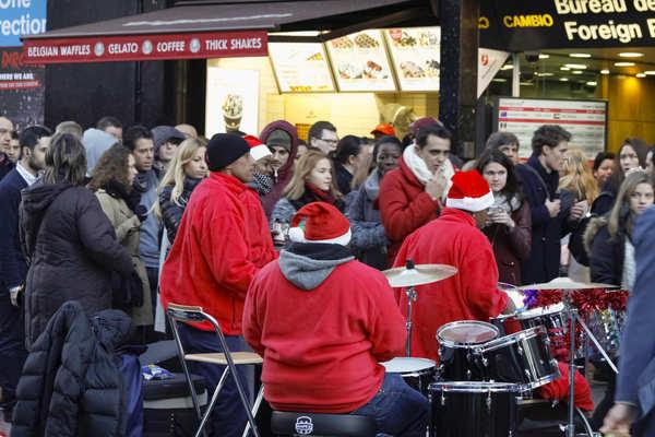 Weihnachtliche Straßenmusik in der Oxford Street