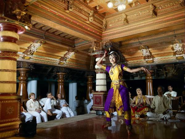 Einmal pro Woche entführen traditionelle Tänze auf der Palastbühne ins alte Indien