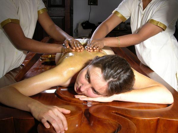Bei Synchron-Massagen gleiten vier Hände gleichzeitig über den Körper