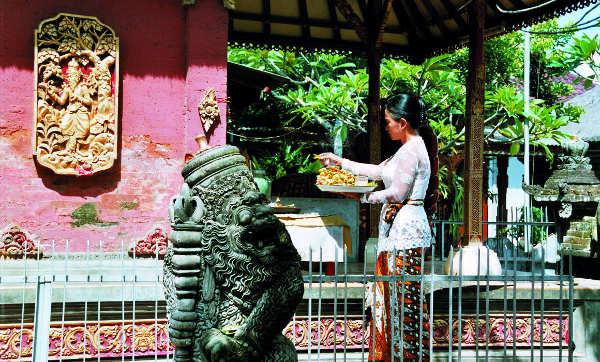 Putri bei der täglichen Zeremonie