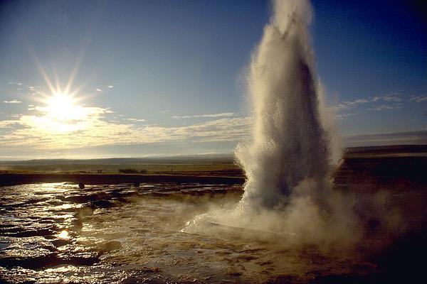 Ein Ausbruch des Strokkur auf Island
