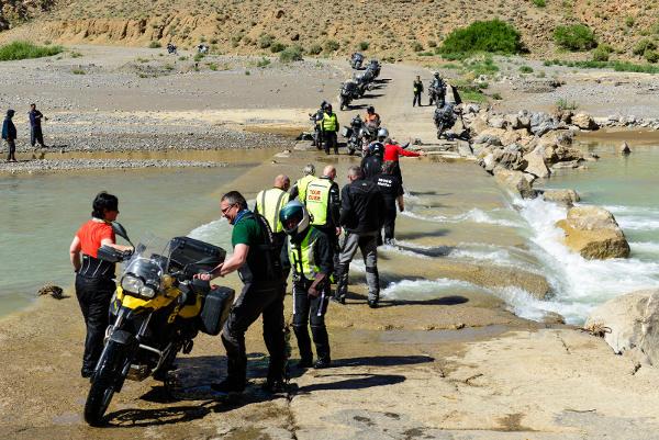 Flussbett mit unseren Motorrädern