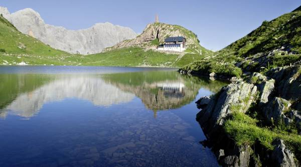 Karnischer Höhenweg Wolayersee mit Hütte
