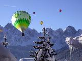 Ballone vor dem Gosaukamm von Copyrights Seilbahnholding
