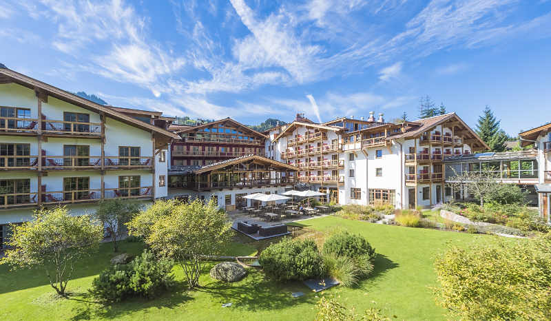 Hotel Kitzhof Mountain Design Resort Außenansicht mit Garten von Hotel Kitzhof via LMG Managment GmbH