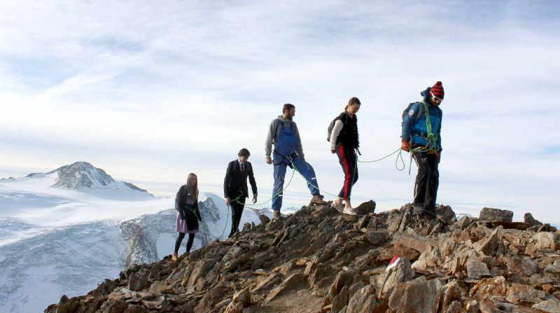 Sich Herausforderungen stellen: In der Seilschaft durchs Gebirge.