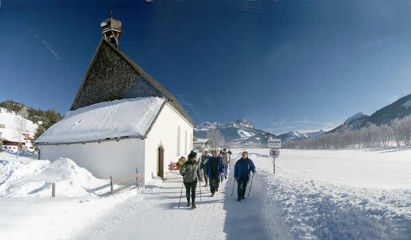 Wandern im verschneiten Ortsteil Innergschwend