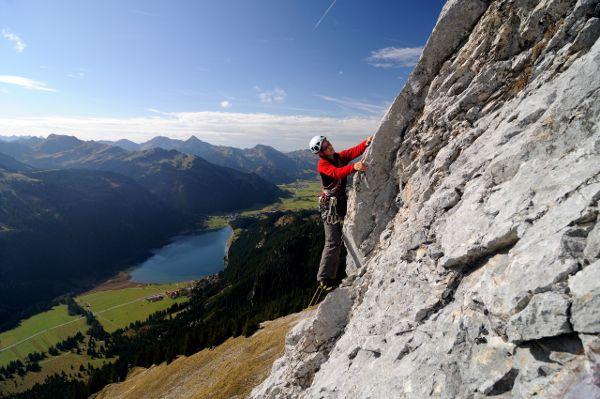 Klettern im Tannheimer Tal, im Hintergrund der Haldensee