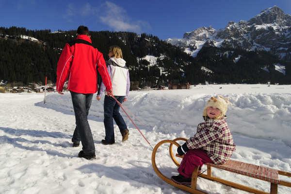 Familienwanderung im Tannheimer Tal mit Kind und Schlitten
