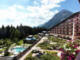 Außenansicht des Interalpen Hotel Tyrol, mit Alpengarten