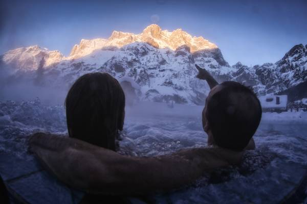 Blick aus den Thermen auf die atemberaubende Bergarena Leukerbads