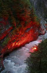 Die Dalaschlucht magisch beleuchtet von Leukerbad Tourismus c/o Schetter PR