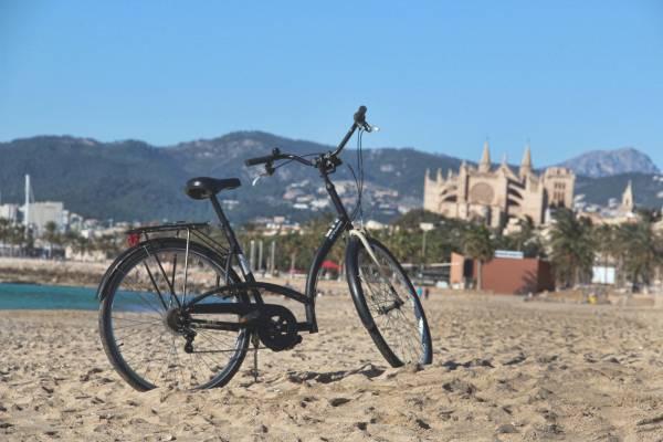 Stadtführung auf zwei Rädern – zur Weihnachtszeit hat das Hotel Tres in Palma de Mallorca eine neue Route im Angebot. by call&ride/Juan Carlos Tejerina