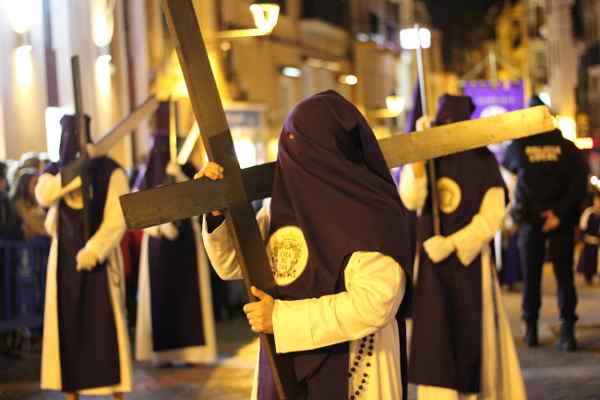 Büßer einer teilnehmenden Bruderschaft der Osterprozessionen in Palma de Mallorca während der heiligen Woche, 2016. von CC-BY-SA 4.0: Sven Volkens via commons.wikimedia.org