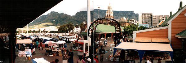 Markt in Kapstadt - Das alte Rathaus im Hintergrund