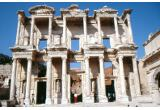 Lady in red visits Celsus Bibliothek von Hihawai