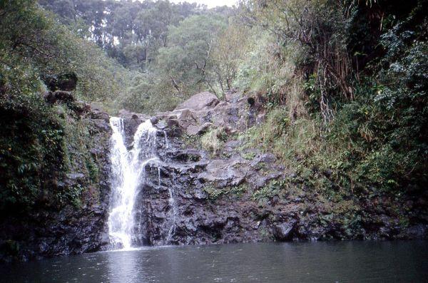 Einer der vielen Wasserfälle neben der Road 360 nach Hana