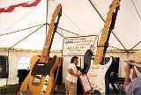 Die Sammlung der größten spielbaren Gitarren der Welt von OpalDivine