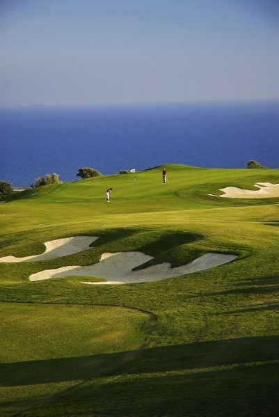 Das Golfer-Resort InterContinental Aphrodite Hills liegt auf einer Anhöhe in der Nähe des Aphrodite-Felsens, umgeben von spektakulärer Landschaft